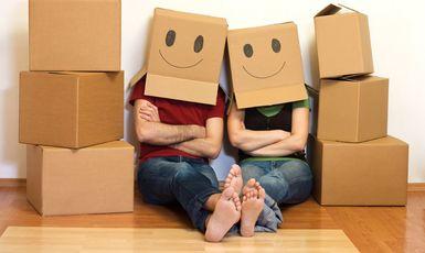 Couple dans les boîtes de déménagement