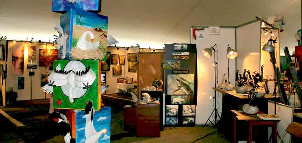 Exposition artistique à l'intérieur du chapiteau