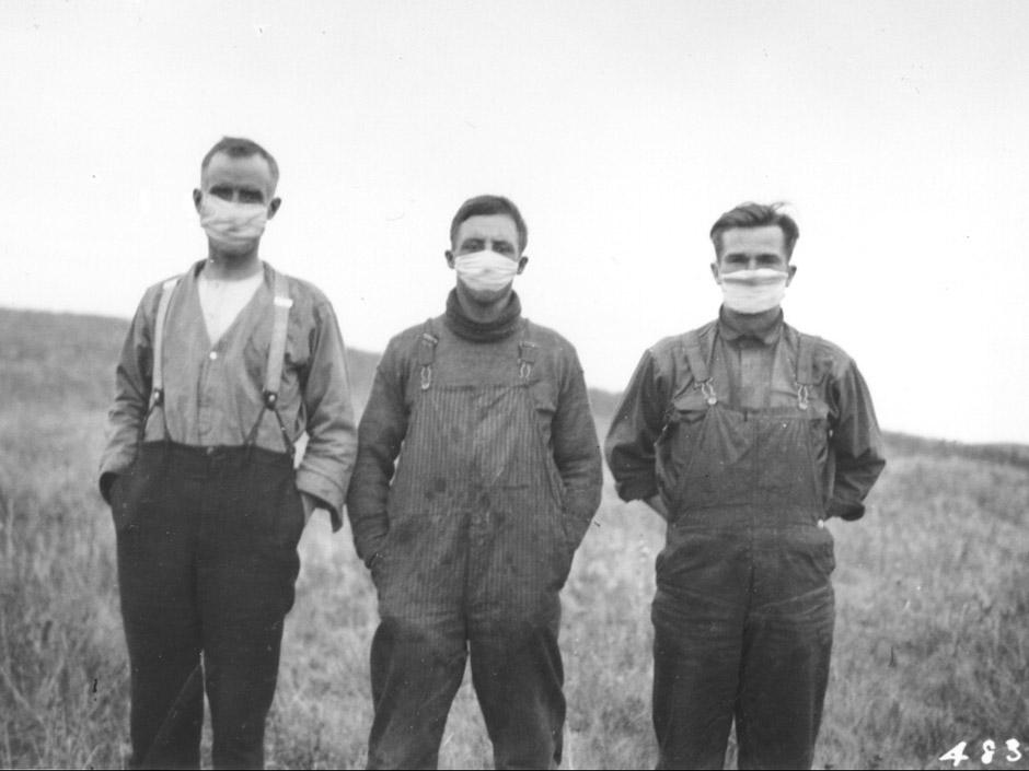 """Hommes portants des masques durant l'épidémie d'influenza, 1918. <a href=""""https://tolkien2008.wordpress.com/2009/10/29/la-grande-tueuse-%E2%80%93-la-grippe-espagnole-de-1918-1919-au-quebec/"""">Source</a>"""