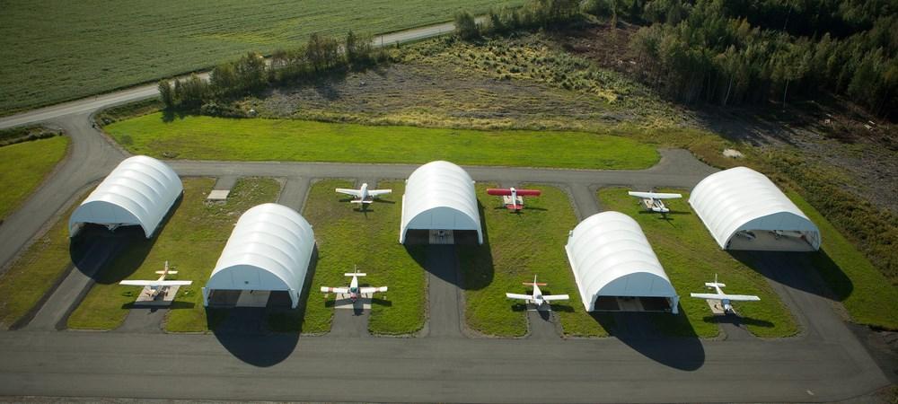 """Hangars à l'aéroport régional André-Fortin de Victoriaville. <a href=""""https://www.flickr.com/photos/villedevicto/albums/72157651847423321"""">Voir plus de photos</a>"""
