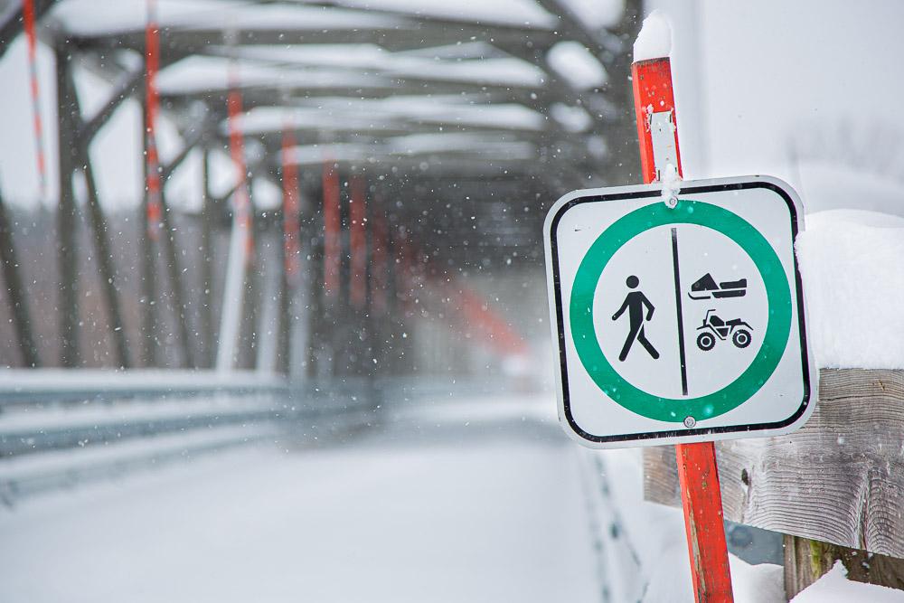 Le sentier pédestre est partagé avec les motoneigistes et les VTT en période hivernale