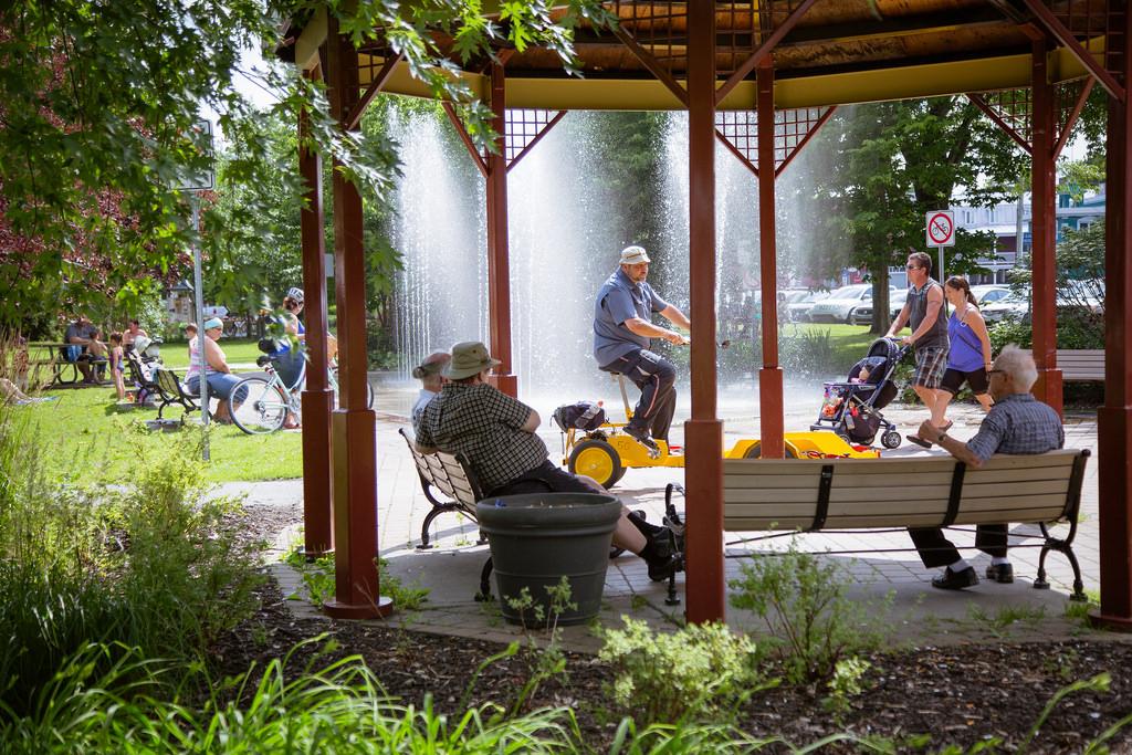 L'abri offre des bancs de parc et est situé près des tables à pique-nique