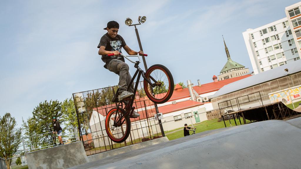 Amateur de BMX au skatepark extérieur de Victoriaville
