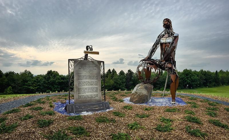 """Sculpture monumentale érigée en l'honneur de M. Normand Maurice. <a href=""""https://www.flickr.com/photos/villedevicto/19555189296/"""" target=""""_blank"""">Haute résolution</a>"""