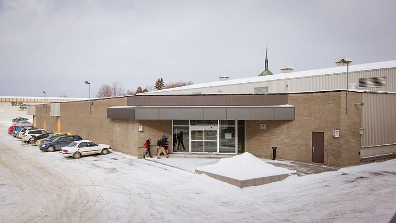 Façade de l'entrée principale du Pavillon Agri-Sports de Victoriaville, voisin du Colisée Desjardins