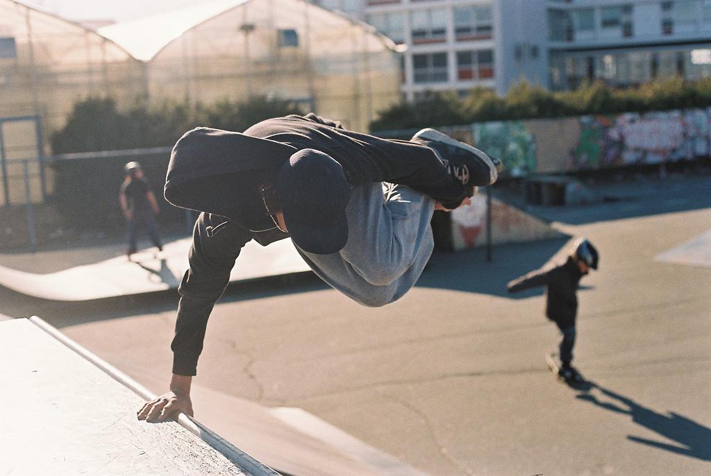 """Saut en patins à roues alignées (photo par lord.emile <a href=""""https://www.flickr.com/photos/lordphotos/3460769310"""">via Flickr</a>)"""