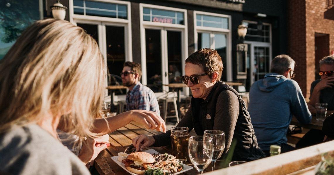 La terrasse de l'Hermite pour une bonne bière et les produits locaux. Crédit photo: Les Maximes
