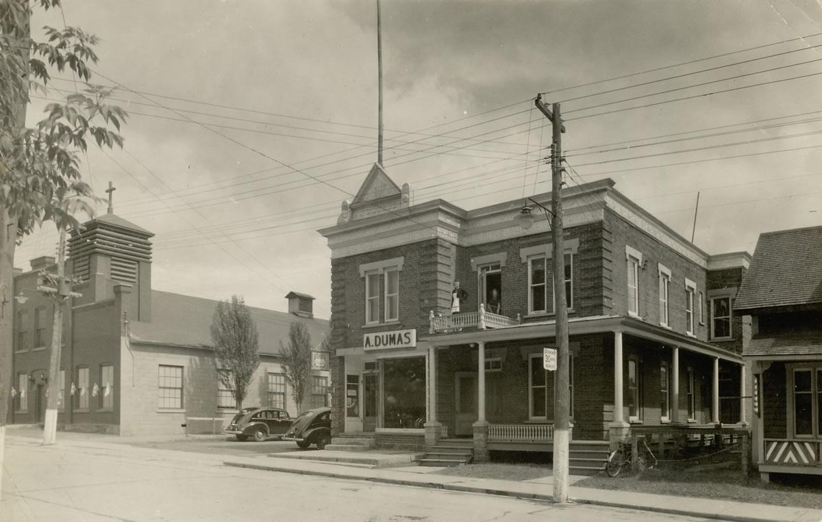Bâtiment dans le stationnement de l'église des Saints-Martyrs-Canadiens de Victoriaville (1906)