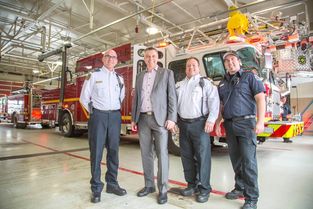 Le maire de Victoriaville André Bellavance, en compagnie du capitaine aux opération, monsieur Luc Girouard, du chef à la formation, monsieur Dany Beaurivage, et du pompier Steven Roy