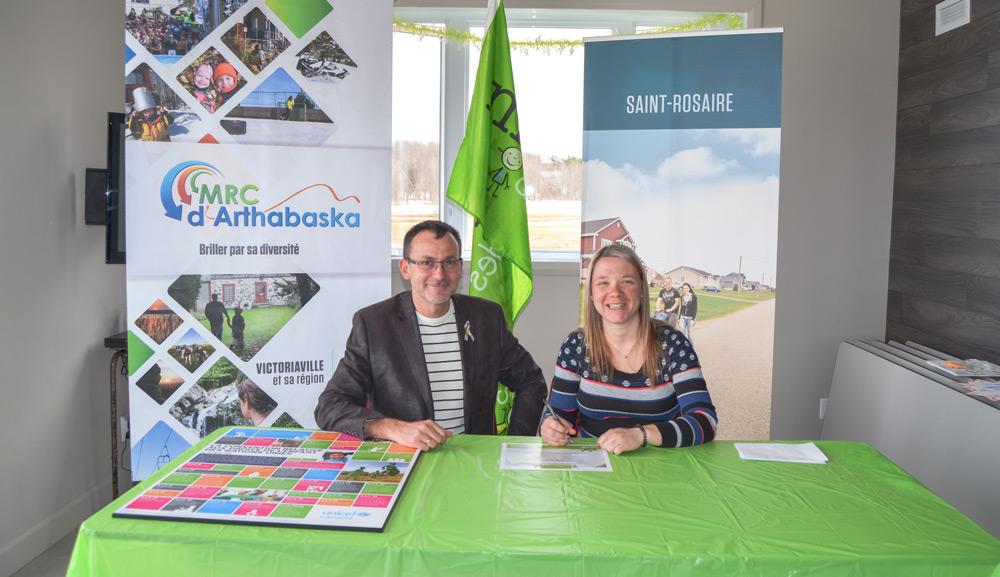 Madame la maire suppléante de Saint-Rosaire, madame Cynthia St-Pierre, était heureuse de signer la première     accréditation Municipalité amie des enfants (MAE), et ce, en compagnie de monsieur Patrick Paulin, administrateur     du Carrefour action municipale et famille (CAMF), ce dimanche 14 avril 2019.