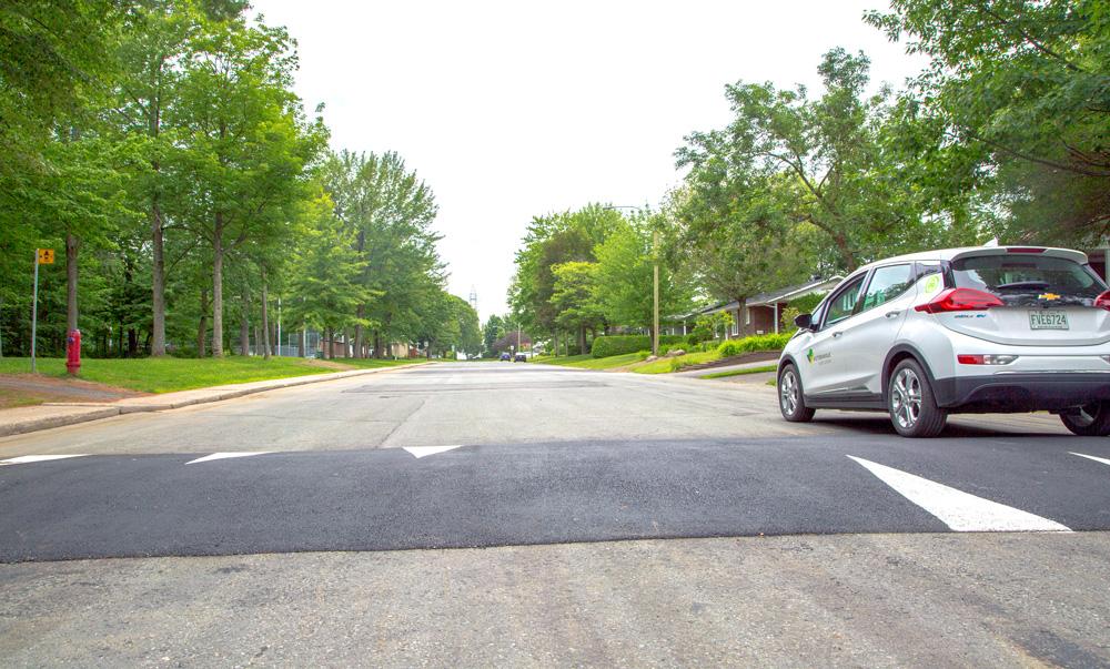 Dans le cadre du projet pilote visant à diminuer la limite de vitesse permise des véhicules à 40 km/h     dans le secteur Amitié, divers aménagements ont été installés comme ce dos d'âne.