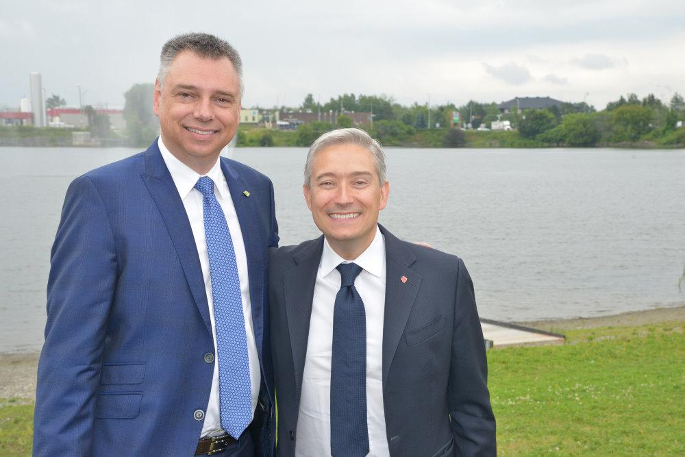 François-Philippe Champagne, ministre de l'Infrastructure et des Collectivités, et André Bellavance, maire de Victoriaville