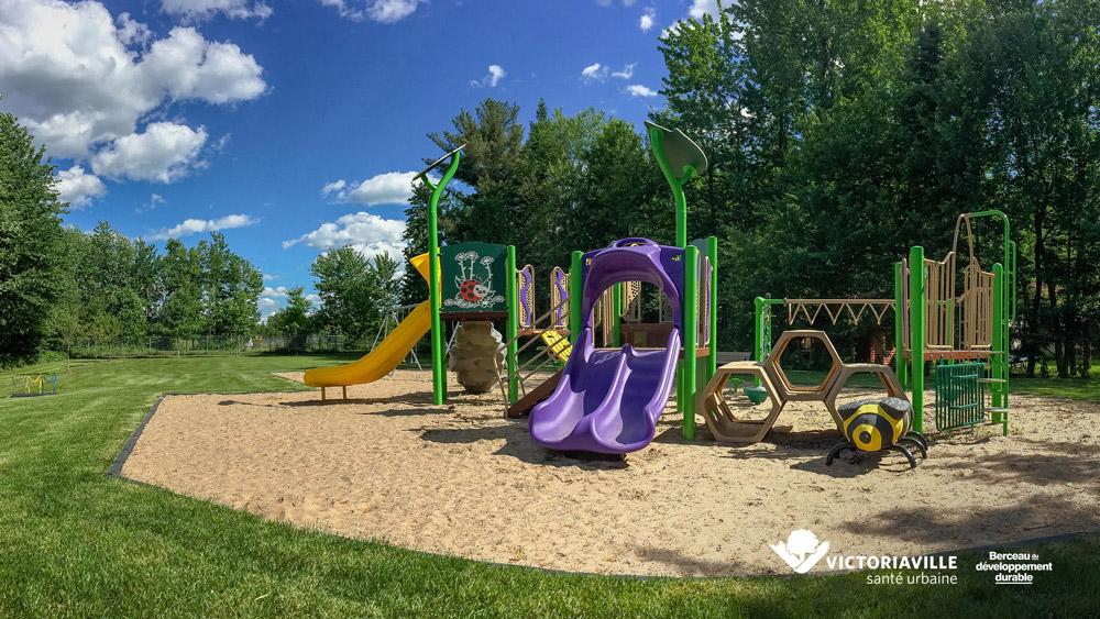 Le parc Maurice et ses modules de jeux, tout comme les autres présents sur la superficie de Victoriaville, sont à         nouveau accessibles pour le plus grand bonheur des familles.