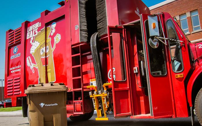 Le camion laveur de bac reprend du service