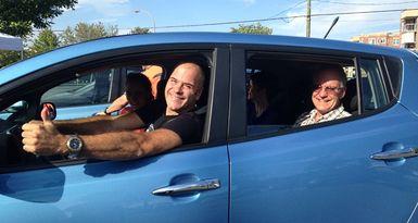 L'humoriste Daniel Grenier lors des essais routiers de véhicules électriques dans le cadre du Rendez-vous branché à Victoriaville