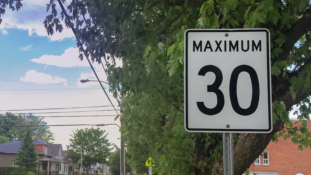 Limite de vitesse réduite à 30 km/h en tout temps près des écoles