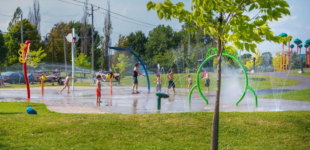 Chaleur accablante: les piscines, jeux d'eau et bibliothèques vous attendent!