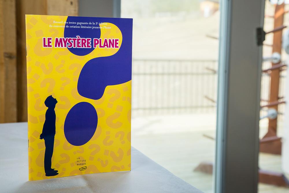 Le recueil du troisième concours de création littéraire jeunesse Plume intitulé Le mystère plane regroupe des récits et des poèmes de jeunes auteures de Victoriaville et sa région âgées de 6 à 17 ans, ainsi qu'une histoire policière inédite de la marraine du concours, l'auteure Maureen Martineau.