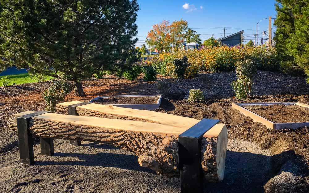 La population de Victoriaville pourra profiter de six nouveaux bancs installés dans la section du verger écologique du Jardin des rendez-vous. Particularité de ces derniers, ils ont été conçus à partir d'un vieux peuplier, anciennement situé sur la rue d'Aston.
