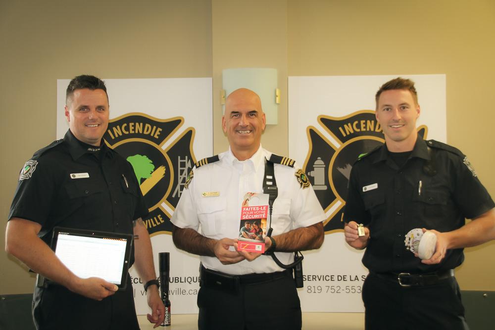 Le capitaine à la prévention, M. Denis Gauthier, entouré par les pompiers MM Marc Perreault et Francis Bédard.