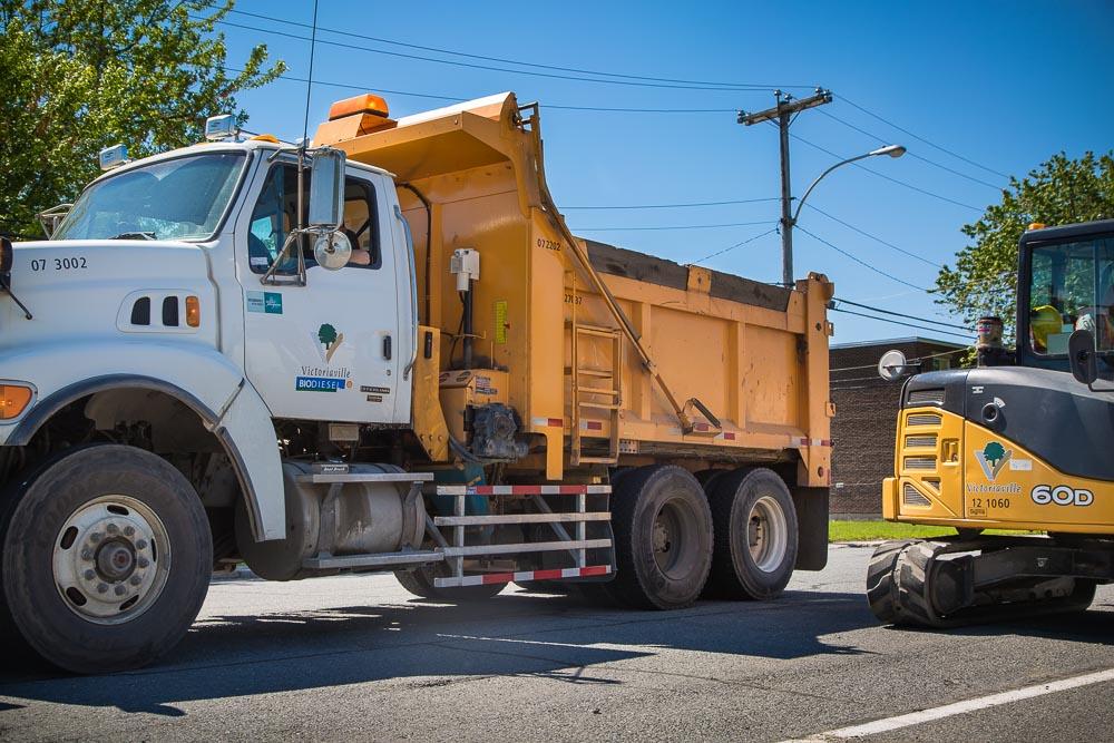 Quinze véhicules lourds du Service des travaux publics de la Ville de Victoriaville arborent depuis le mois de mai 2017 des gardes latérales afin d'être plus sécuritaires pour les citoyennes et citoyens.
