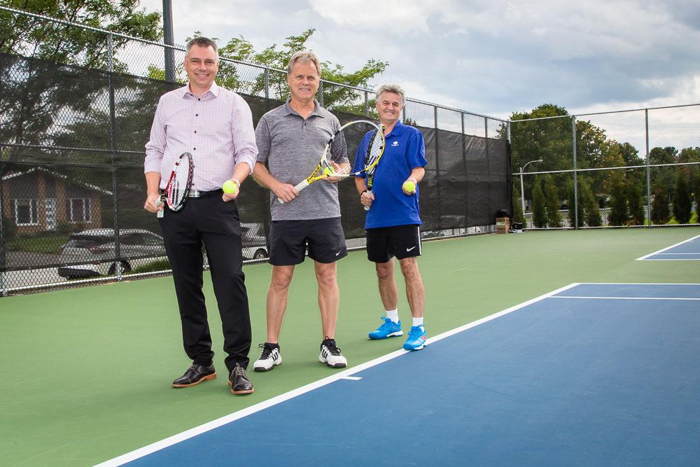 Messieurs André Bellavance, maire, Marc Morin, conseiller municipal, et Gilles Painchaud, coordonnateur à l'Association de tennis, ont inauguré ces installations de tennis, rénovées au coût de 318,000$, situées au parc Monseigneur-Milot à Victoriaville.