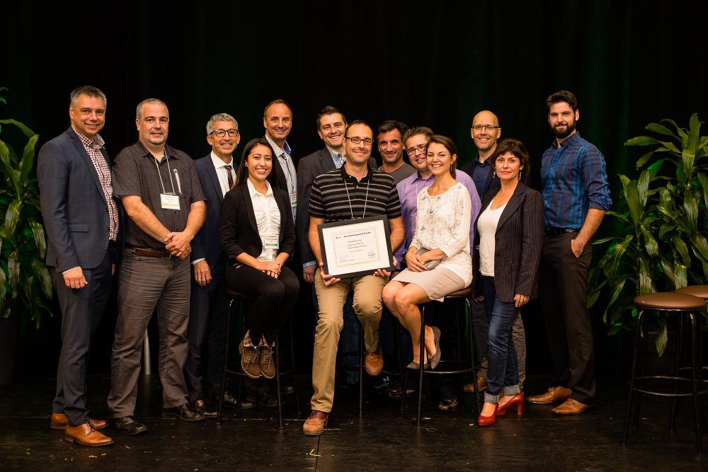 Le maire de Victoriaville, M. André Bellavance, en compagnie d'Aurélien Borie, représentant de la Ville de St-Jérôme, les professionnels et l'animateur qui ont participé à l'élaboration du projet gagnant et les acteurs du Théâtre Parminou.