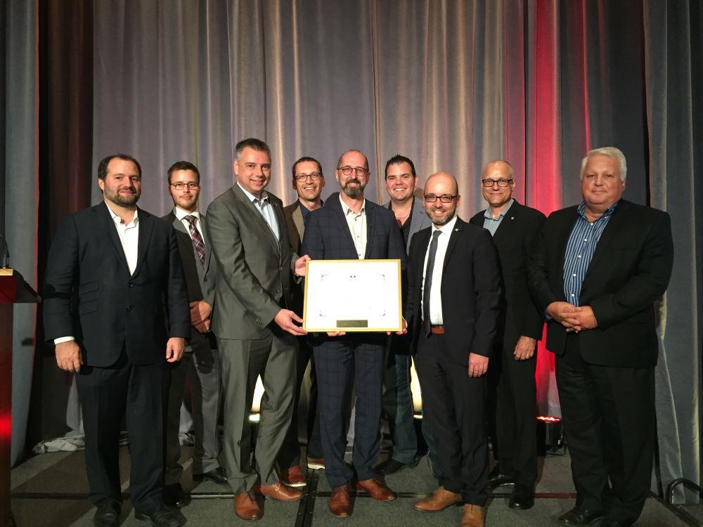 Le maire de Victoriaville, M. André Bellavance a reçu le prix d'Excellence Hydro-Québec 2017 au nom de la Ville de Victoriaville lors du 30e colloque de Rues principales.