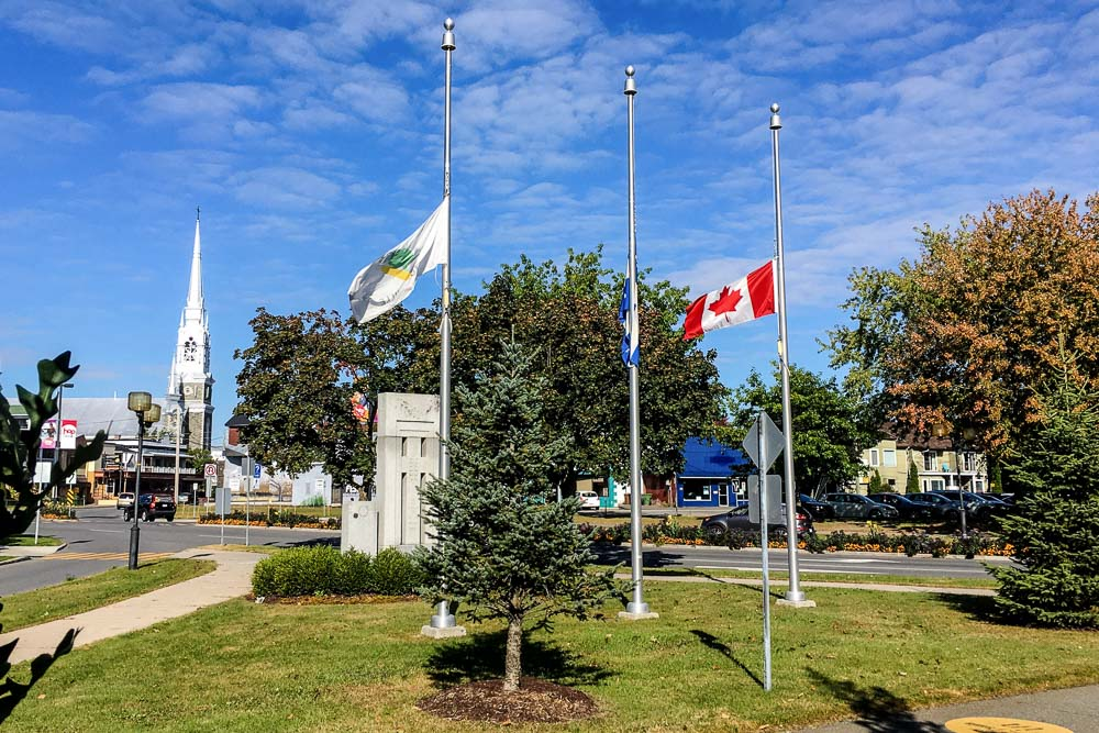 La Ville de Victoriaville témoigne de sa solidarité envers les personnes touchées par les derniers actes de violence et de terrorisme survenus à Edmonton, Las Vegas et Marseille en maintenant leurs drapeaux à mi-hauteur des mâts, soit en berne.