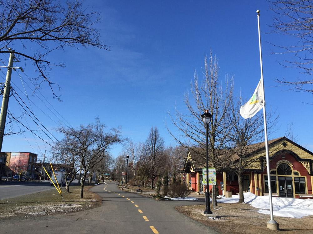 Le drapeau de la Ville de Victoriaville a été placé en berne sur les différents mâts de la Ville.