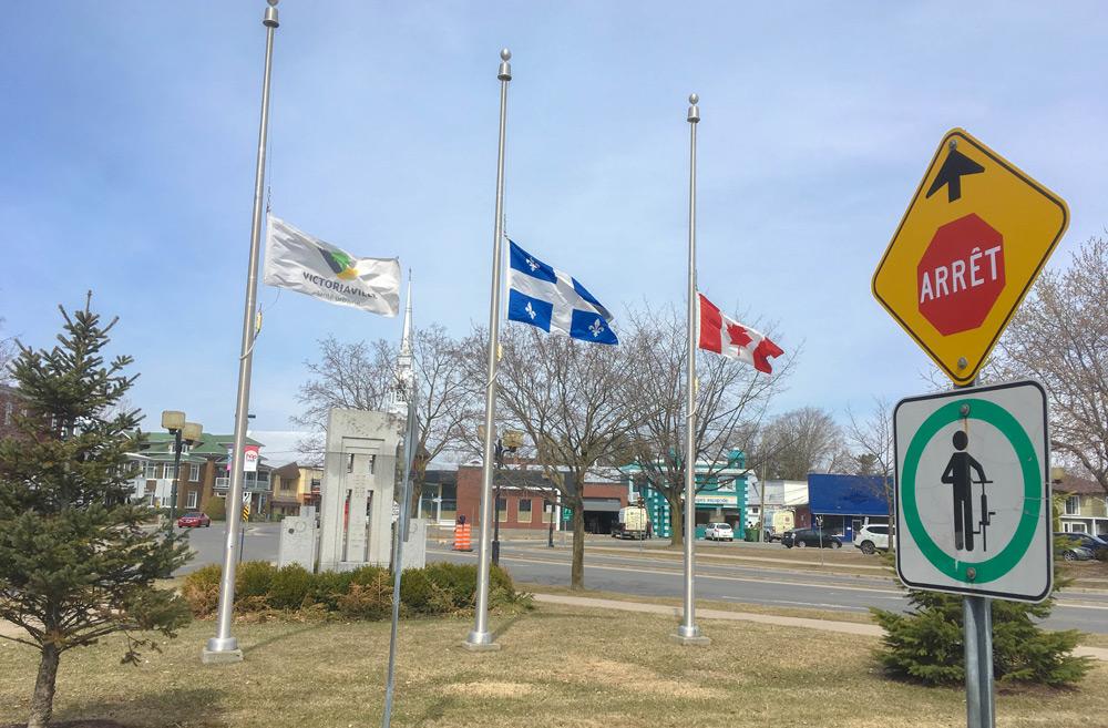 La Ville de Victoriaville a abaissé ses drapeaux en preuve d'appui et d'entraide envers les personnes, les familles et les proches touchés par cet acte disgracieux et condamnable survenu au centre-ville de Toronto.