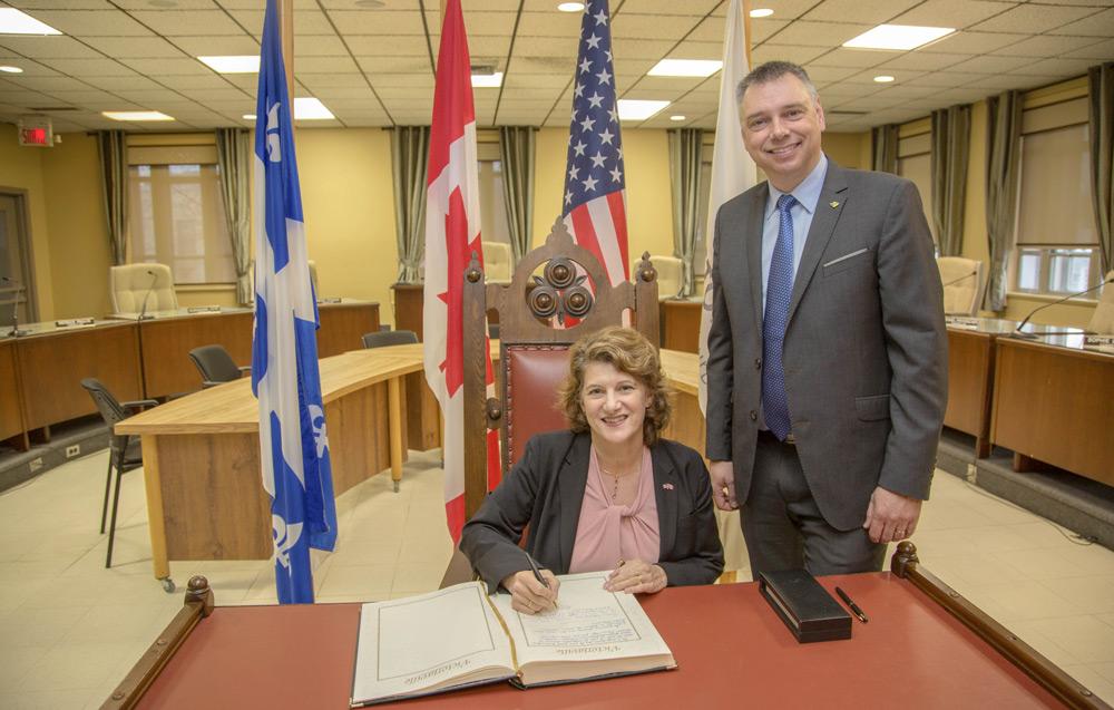 La Consule générale des États-Unis à Québec, Madame Allison Areias-Vogel, a été accueillie par le maire de Victoriaville, M. André Bellavance.