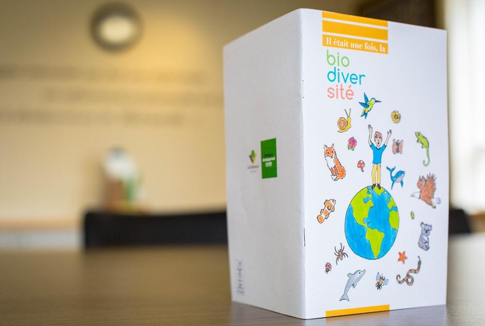 """Pour souligner la Journée internationale de la biodiversité, petits et grands sont invités à lire le nouveau livre du Service de l'environnement de Victoriaville intitulé """"Il était une fois, la biodiversité""""."""