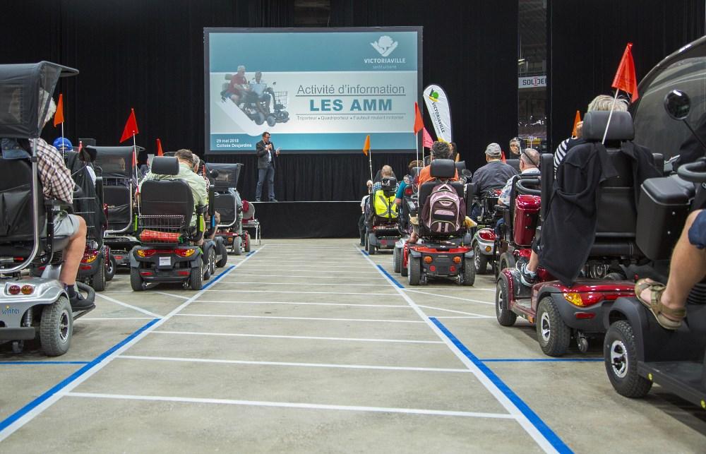 Les utilisateurs des aides à la mobilité motorisées ont pu assister lors de l'événement à la présentation des règles de circulation, tester leurs habiletés et connaissances sur un circuit, ainsi que visiter des kiosques présentant des modèles d'AMM.