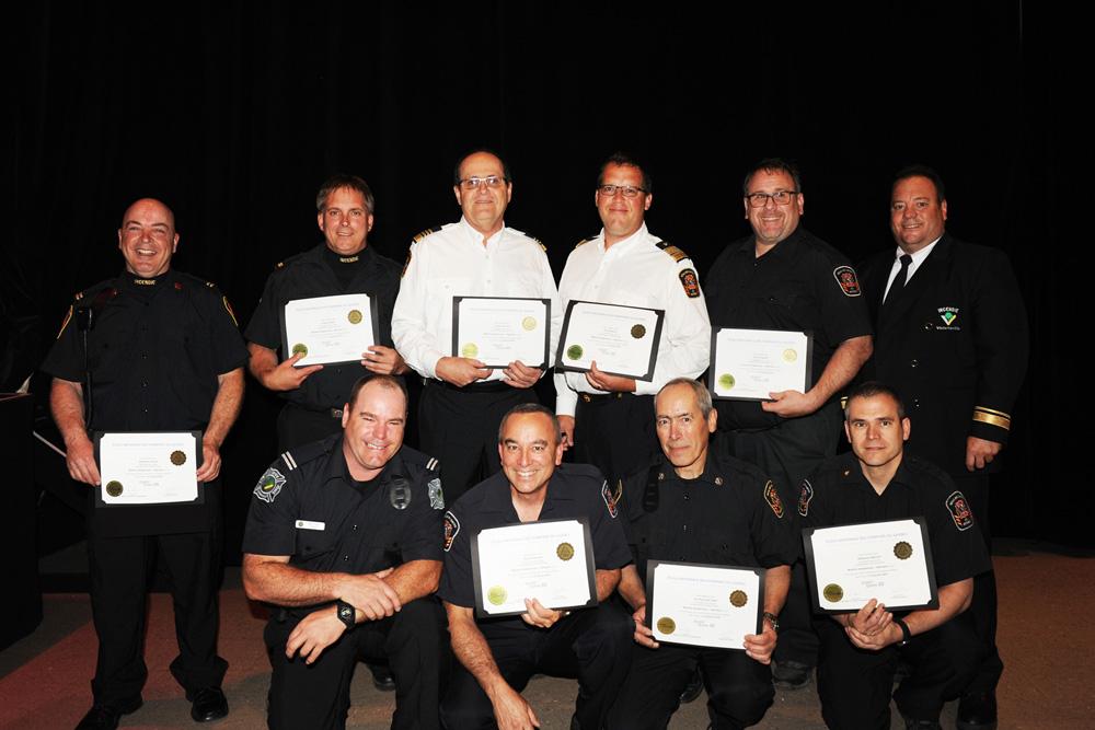 Entourés de leurs instructeurs, les pompiers de la Régie intermunicipale des Chutes ont reçu leur certification «Matières dangereuses- opération».