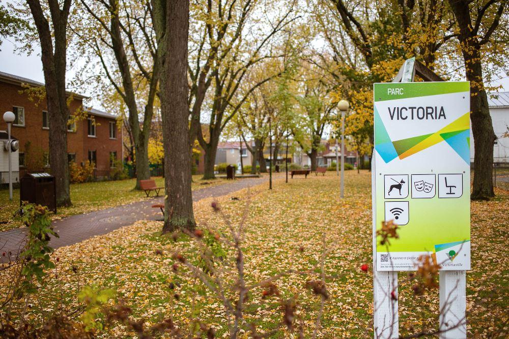Le parc Victoria, situé au cœur du Quartier Notre-Dame de Victoriaville, subira une cure de Jouvence au cours de deux prochaines. Au terme des travaux, il sera, entre autres, plus accessible pour les familles et permettra de rendre un bel hommage à un citoyen de Victoriaville qui a marqué l'histoire du Québec, monsieur Jean Béliveau.