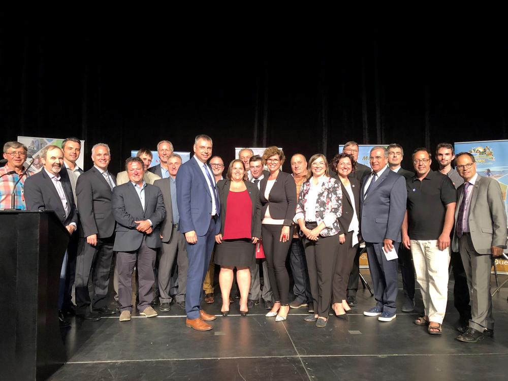 C'est devant 300 élus municipaux et partenaires du milieu réunis hier soir au CentrExpo COGECO de Drummondville que les candidats et candidates de la Coalition Avenir Québec (CAQ), du Parti Libéral du Québec (PLQ), du Parti Québécois (PQ) et de Québec Solidaire (QS) des quatre circonscriptions centricoises ont pris des engagements pour le développement de la région.