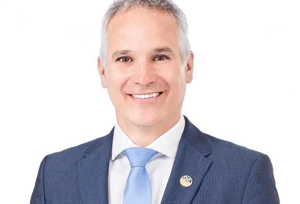 Le maire de Victoriaville, monsieur André Bellavance, ainsi que ses collègues au Conseil municipal, félicitent le député d'Arthabaska, monsieur Éric Lefebvre, pour sa réélection et sa nomination en tant que whip en chef.