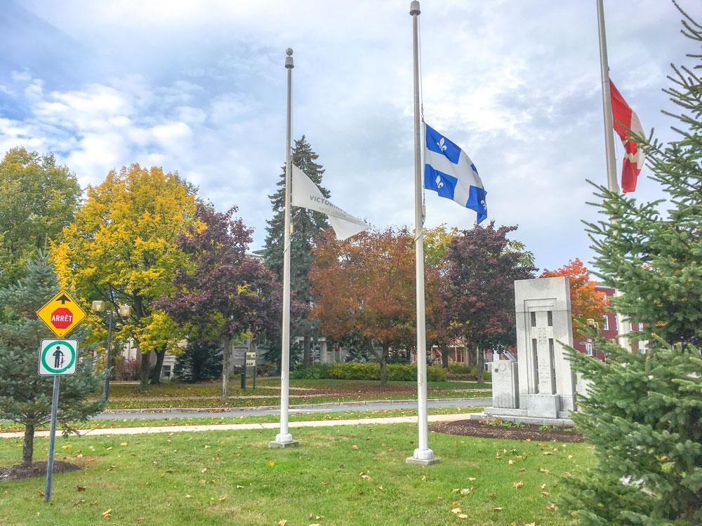Fusillade à Pittsburgh: Victoriaville met ses drapeaux en berne en guise de solidarité
