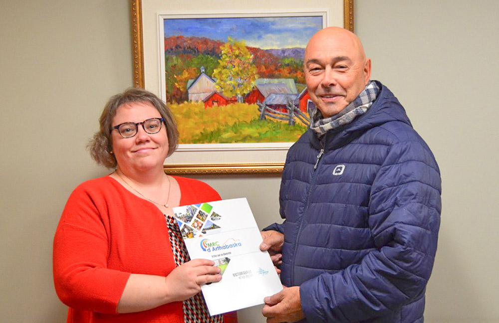 Monsieur Simon Thibodeau (présent sur la photo), de Victoriaville, et madame Diane Baril, de Daveluyville, se sont mérité les prix de participation, et ce, à la suite d'un tirage au sort. La MRC d'Arthabaska remercie les 1129 citoyennes et citoyens qui ont répondu à l'appel.