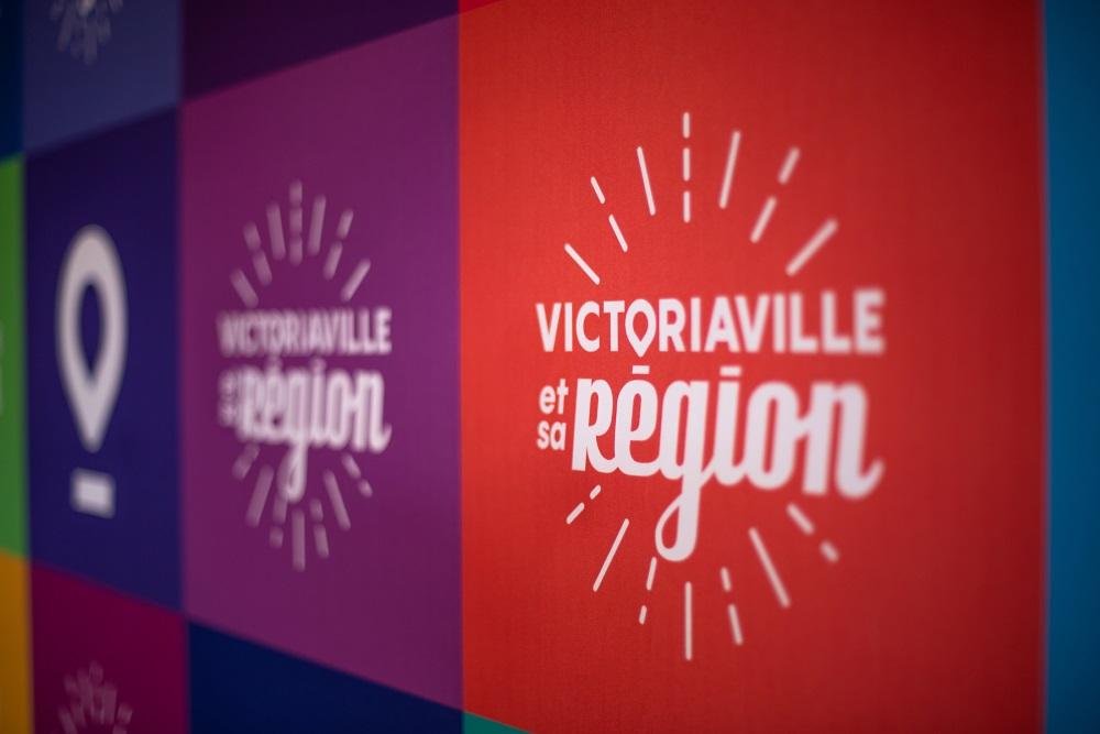 La nouvelle image de marque de Victoriaville et sa région se veut rassembleuse, dynamique, colorée, inclusive, sympathique et contemporaine. Le logo prendra d'ailleurs la couleur de la municipalité, d'un programme ou d'un projet, permettant de mixer autonomie et synergie.