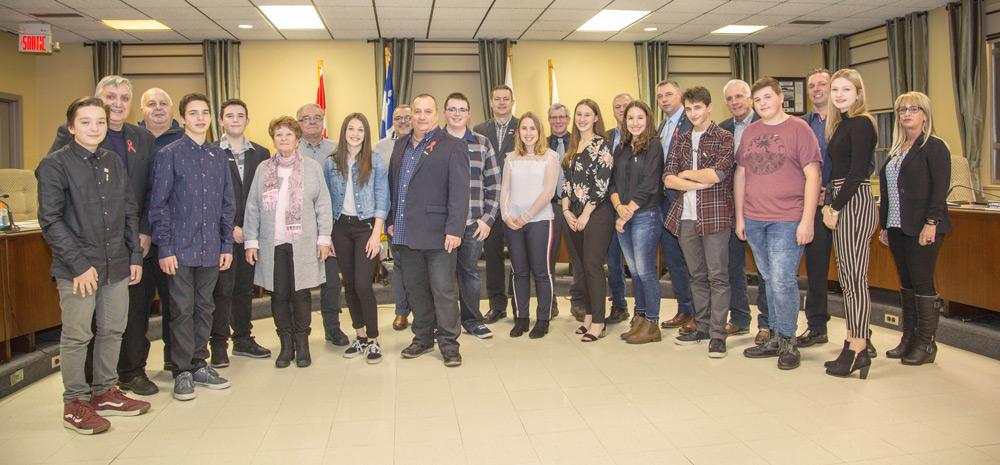 Les douze membres formant le tout premier Conseil jeunesse de la MRC d'Arthabaska ont officiellement été présentés en compagnie du maire de leur municipalité respective le mercredi 28 novembre 2018. En plus d'apprendre les rudiments du métier d'un élu, ils traiteront particulièrement de deux sujets, soit la persévérance scolaire et l'environnement.