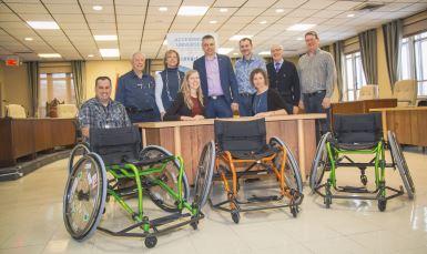 La Fondation InterVal remet 12 fauteuils roulants sportifs à la Ville de Victoriaville