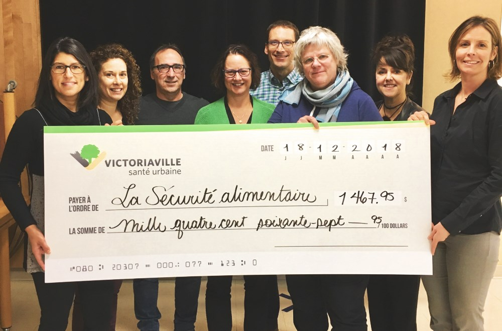 Au nom du personnel de la Ville de Victoriaville, les membres du comité organisateur de la Randonnée du père Noël et la conseillère municipale, madame Sophie Lambert, ont remis le chèque de 1467,95$ à madame Isabelle Voyer, de la Sécurité Alimentaire.