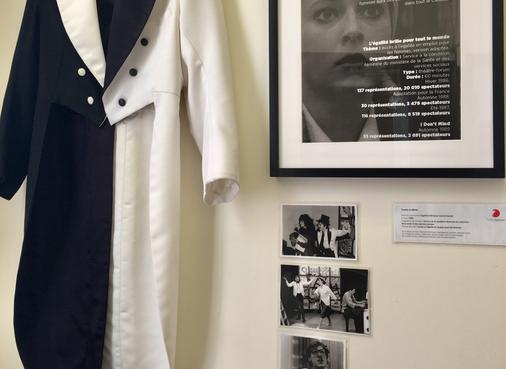 """L'exposition inspirée des 45 ans du Théâtre Parminou présente, entre autres, à l'hôtel de ville des éléments souvenirs du spectacle """"L'égalité brille pour tout le monde"""" présenté en 1986."""
