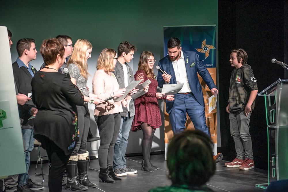 Neuf membres du Conseil jeunesse de la MRC d'Arthabaska ont eu la chance de rencontrer et de discuter avec le joueur de football professionnel et médecin, monsieur Laurent Duvernay-Tardif. Le tout s'est déroulé dans le cadre d'un événement entourant les Journées de la persévérance scolaire le 6 février 2019.  Crédit photo : madame Véronique Saint-Amand