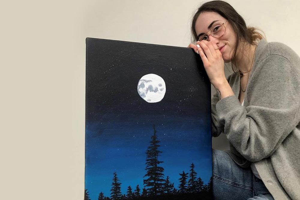 """L'artiste peintre Marie-Kim Côté présente l'une des œuvres, """"Hell of A Night"""", qui seront exposées à la bibliothèque Alcide-Fleury jusqu'au mois de juin."""