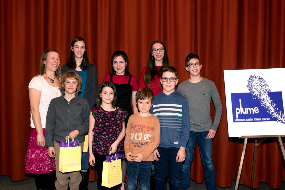 Les gagnants du concours littéraire Plume, lors du dévoilement des lauréats le 22 mars dernier, en compagnie de la marraine de l'événement, madame Stéphanie Déziel.
