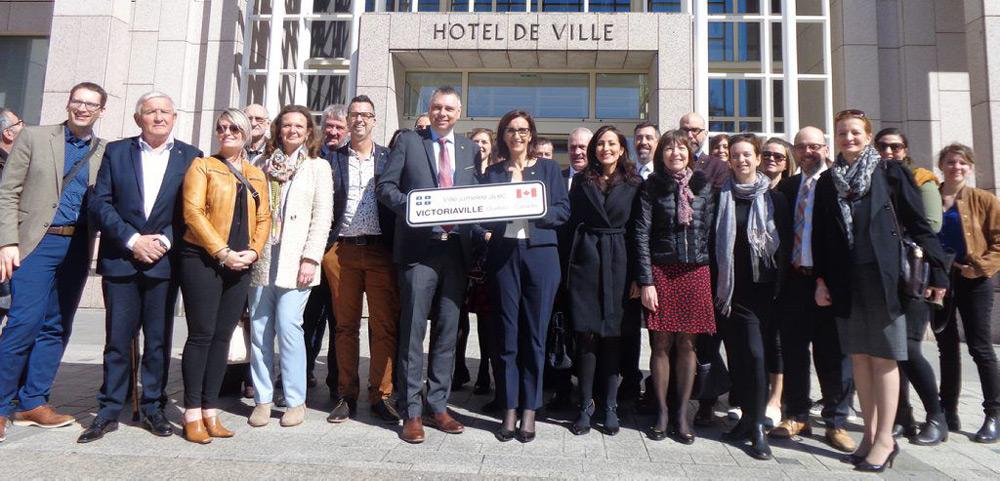 La délégation québécoise de Victoriaville accueillie,le 26 mars dernier par les élus columérins devant la mairie.