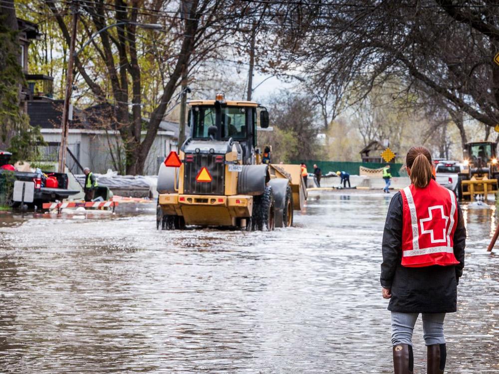 Afin de soutenir les milliers de sinistrés touchés par les inondations qui affectent présentement plusieurs régions du Québec, la Ville de Victoriaville répond positivement à l'appel lancé par l'Union des municipalités du Québec (UMQ) et remet un chèque de 5,000$ à la Croix-Rouge, qui a récemment lancé une collecte de fonds pour soutenir la population affectée.  Crédit photo: Canadian Red Cross